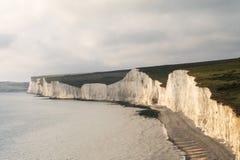 Klippor och shoreline på Birling av Gap Arkivbilder
