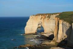 Klippor och strand av Etretat Arkivfoto