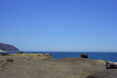 Klippor och vaggar på havkusten, punkt Mugu, CA Arkivfoto
