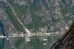 Klippor på båda sidor av Tracy Arm Fjord Alaska royaltyfri fotografi