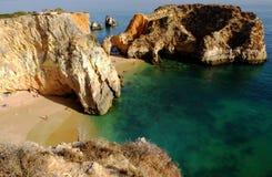 Klippor på den härliga kusten av Portugal, Algarve, Portimao arkivbild