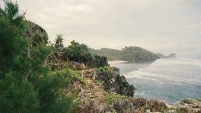 Klippor på den sandiga stranden i Java stock video