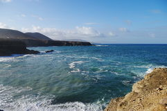 Klippor på den västra Fuerteventura kusten Arkivfoto