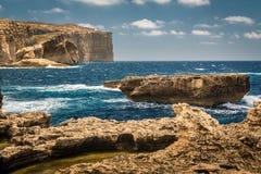 Klippor på det blåa fönstret i Malta Arkivbilder