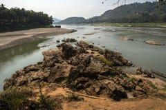 Klippor på floden Royaltyfri Foto