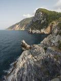 Klippor på havskusten av poeterna arkivfoton