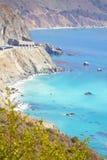 Klippor på kusten Arkivfoto