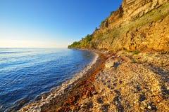 Klippor på kusten i Paldiski Arkivfoton