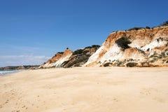 Klippor på Praia da Falesia Arkivbild