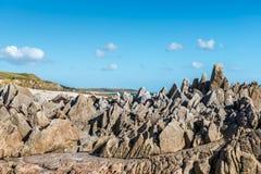 Klippor på stranden nära Plouhinec (Frankrike) Arkivfoto