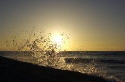 klippor plaskar solnedgång Royaltyfri Fotografi