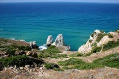 klippor som förbiser havet royaltyfri foto