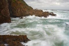klippor som kraschar waves Royaltyfria Bilder