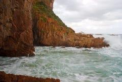 klippor som kraschar waves Arkivbild