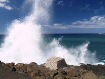 klippor som kraschar waves Arkivbilder