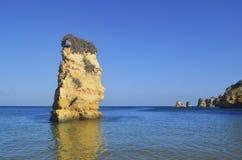 Klippor som stiger från mitt av det altantic havet på en solig dag med glad fred royaltyfria bilder