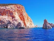 Klipporna och vaggar bildande av Polyaigos, en ö av de grekiska Cycladesna arkivbilder
