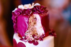 Klippt kräm- kaka med blommor söt bröllopstårtatvå-berättelse arkivfoto