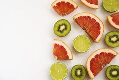 Klippt mogen limefruktkiwi och grapefrukt royaltyfri bild