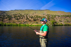 Klipsk fiskare Casting på den Deschutes floden royaltyfri foto