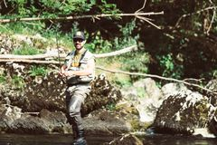 Klipsk fiskare som flyfishing i floden Arkivfoton