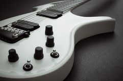 Klipsk gitarr för vit Arkivfoto