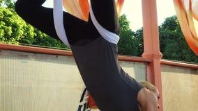 Klipsk yoga övar utomhus lager videofilmer