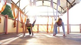 Klipsk yoga övar utomhus arkivfilmer