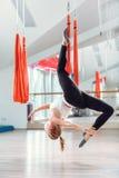 Klipsk yoga Den unga kvinnan öva flyg- anti--gravitation yoga med en hängmatta royaltyfria bilder