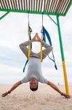 Klipsk yoga, mannen som gör yoga, övar på havsbakgrunden Sport och sunt begrepp royaltyfri bild
