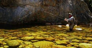 Klipskt fiske för fiskare i floden arkivfilmer