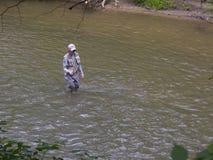 Klipskt fiske för sportfiskare i liten vik fotografering för bildbyråer