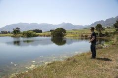 Klipskt fiske Sydafrika för sportfiskare arkivfoto