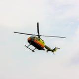 Klipskt flyg för propeller för helikoptershowflygplan Royaltyfria Bilder