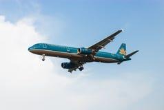 Klipskt flygplan i himlen Arkivfoto