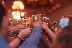 Klirra av exponeringsglas på ett parti royaltyfri foto