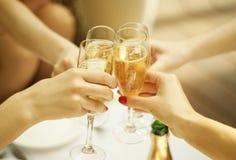 Klirra exponeringsglas av champagne royaltyfria bilder