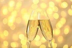 Klirra exponeringsglas av champagne arkivbild