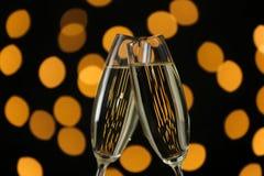 Klirra exponeringsglas av champagne royaltyfri fotografi