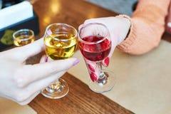 Klirra exponeringsglas med alkohol och royaltyfri bild