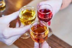 Klirra exponeringsglas med alkohol och fotografering för bildbyråer