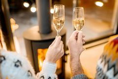 Klirra exponeringsglas med mousserande vin hemma royaltyfria foton