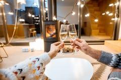 Klirra exponeringsglas med mousserande vin hemma arkivbilder