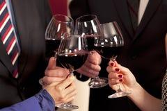 Klirra exponeringsglas med rött vin. arkivbild