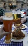 Klirren von Bier-Gläsern Lizenzfreie Stockbilder