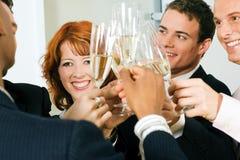 Klirrende Champagnergläser Lizenzfreies Stockfoto