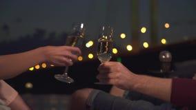 Klirrende Gläser mit Champagner stock video