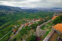 Klis - medeltida fästning i Kroatien som delas nära i Dalmatia Royaltyfria Foton