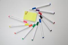 Klistermärke för att anteckna i en ram av kulöra pennor Royaltyfri Bild