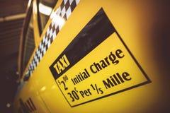 Klistermärke för laddning för taxibiljettpris Arkivbilder